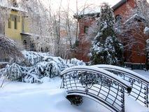 Χειμερινό χωριό. Χιονώδης γέφυρα. Στοκ Εικόνες
