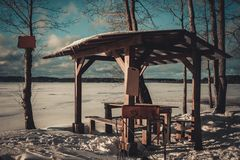 Χειμερινό gazebo στην ακτή της λίμνης στοκ εικόνα