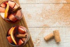 Χειμερινό sangria με τα εσπεριδοειδή, τα μήλα και την κανέλα στοκ εικόνες