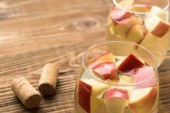 Χειμερινό sangria με τα μήλα και την κανέλα στοκ εικόνες με δικαίωμα ελεύθερης χρήσης