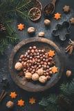 Χειμερινών διακοσμήσεων, καρυδιών, καρυκευμάτων και αστεριών Χριστουγέννων ζωή ακόμα Στοκ φωτογραφίες με δικαίωμα ελεύθερης χρήσης