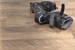 Χειμερινών παιδιών μπότες που εγκαταλείπονται μαύρες στοκ φωτογραφία