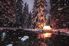 ΧΕΙΜΩΝΑΣ ΠΟΥ ΣΤΡΑΤΟΠΕΔΕΥΕΙ ΣΤΗ ΣΚΗΝΗ ΜΥΣΤΗΡΙΟ ΔΑΣΟΣ σε LENZERHEIDE, Ελβετία ΕΛΑΦΡΥΣ ΠΑΡΟΥΣΙΑΣΤΕ το φθινόπωρο χιονιού Στοκ Εικόνες