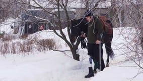 Χειμώνας, ένα με ειδικές ανάγκες νεολαίες άτομο οδηγεί ένα μαύρο thoroughbred άλογο έχει μια πρόσθεση αντί του σωστού ποδιού του  φιλμ μικρού μήκους