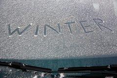 Χειμώνας λέξης που γράφεται στο χιονώδη ανεμοφράκτη Στοκ Φωτογραφία