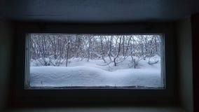 Χειμώνας έξω από το παράθυρο υπογείων Στοκ φωτογραφία με δικαίωμα ελεύθερης χρήσης
