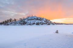Χειμώνας, ακτή παγωμένου της λίμνης πρωινού. Στοκ Εικόνες
