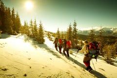 χειμώνας βουνών οδοιπόρω&nu Στοκ φωτογραφία με δικαίωμα ελεύθερης χρήσης