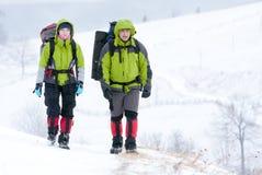 χειμώνας βουνών οδοιπόρω&nu Στοκ εικόνα με δικαίωμα ελεύθερης χρήσης