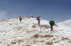 χειμώνας βουνών πεζοπορί&alp Ταξίδι ανθρώπων Στοκ Εικόνες