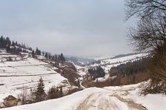 χειμώνας βουνών gudauri Καύκασου Γεωργία Ακραίος αγροτικός βρώμικος δρόμος πορειών στοκ εικόνες