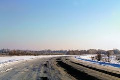 Χειμώνας, δάσος, δρόμος , το χιόνι βρίσκεται στοκ εικόνες