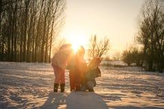 χειμώνας εποχής τοπίων ωρών κορίτσια λίγα τρία Στοκ φωτογραφία με δικαίωμα ελεύθερης χρήσης