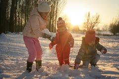 χειμώνας εποχής τοπίων ωρών κορίτσια λίγα τρία Στοκ Φωτογραφία