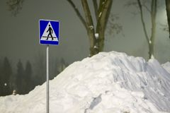 Χειμώνας και υψηλά snowdrifts, βουνό του χιονιού Στοκ φωτογραφία με δικαίωμα ελεύθερης χρήσης