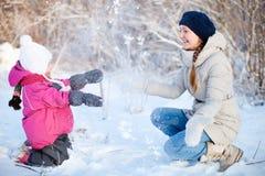 χειμώνας μητέρων κορών υπαίθρια Στοκ εικόνα με δικαίωμα ελεύθερης χρήσης