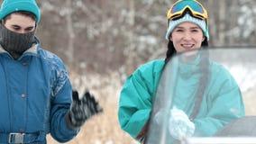 Χειμώνας Νεαρός άνδρας και γυναίκα στη χειμερινή δασική Α γυναίκα που διαμορφώνει τη χιονιά κίνηση αργή απόθεμα βίντεο