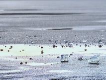 Χειμώνας παράκτιος κάτω από την παγωμένη κάλυψη Παγωμένο andscape με τα σπασμένα κομμάτια του μπλε πάγου Στοκ εικόνες με δικαίωμα ελεύθερης χρήσης