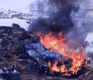 Χειμώνας, πολύ χιόνι Η τύρφη καίει υπόγεια Δίπλα στα κατοικημένα κτήρια Στοκ Εικόνες