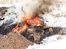 Χειμώνας, πολύ χιόνι Η τύρφη καίει υπόγεια Δίπλα στα κατοικημένα κτήρια Στοκ φωτογραφία με δικαίωμα ελεύθερης χρήσης