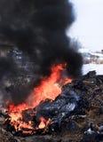 Χειμώνας, πολύ χιόνι Η τύρφη καίει υπόγεια Δίπλα στα κατοικημένα κτήρια Στοκ φωτογραφίες με δικαίωμα ελεύθερης χρήσης