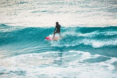 Χειμώνας που κάνει σερφ στον ωκεανό μπλε κύμα surfer Στοκ Εικόνες