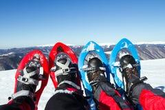 Χειμώνας που στα βουνά στα πλέγματα σχήματος ρακέτας με ένα σακίδιο πλάτης και μια σκηνή Στοκ εικόνες με δικαίωμα ελεύθερης χρήσης