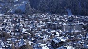 Χειμώνας σε ένα αλπικό χωριό χιόνι στην του χωριού οδό φιλμ μικρού μήκους