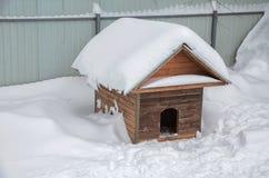 Χειμώνας σκυλόσπιτων μεταξύ snowdrifts Στοκ φωτογραφίες με δικαίωμα ελεύθερης χρήσης