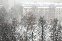 Χειμώνας στην πόλη, αυτό χιόνια στοκ φωτογραφία με δικαίωμα ελεύθερης χρήσης