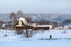 Χειμώνας στο ρωσικό χωριό Visim παλαιός-οπαδών Περιοχή του Σβέρντλοβσκ, της Ρωσίας Στοκ Φωτογραφίες