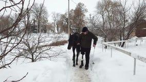 Χειμώνας, υπάρχει ένα με ειδικές ανάγκες νεολαίες άτομο στον τρόπο έχει μια πρόσθεση αντί του σωστού ποδιού του οδηγεί το Μαύρο φιλμ μικρού μήκους