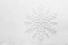 Χειμώνας, υπόβαθρο Χριστουγέννων. Snowflake στο χιόνι Στοκ Φωτογραφία