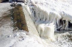 Χειμώνας χιονιού πάγου πτώσης καταρρακτών καταρρακτών νερού ποταμού Στοκ φωτογραφία με δικαίωμα ελεύθερης χρήσης