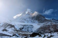 χειμώνας όψης σκι θερέτρου βουνών υποστηριγμάτων gudauri Καύκασου Γεωργία kazbek Στοκ εικόνα με δικαίωμα ελεύθερης χρήσης