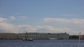 χειμώνας όψης της Ρωσίας Άγιος ποταμών της Πετρούπολης παλατιών neva Ρωσία Επιπλέοντα σώματα βαρκών στον ποταμό Niva μετά από το  απόθεμα βίντεο