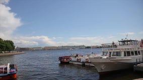 χειμώνας όψης της Ρωσίας Άγιος ποταμών της Πετρούπολης παλατιών neva Ρωσία Επιπλέοντα σώματα βαρκών στον ποταμό Niva μετά από το  φιλμ μικρού μήκους