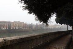 Χειμώνας IV Βερόνα, ομίχλη πέρα από τον ποταμό στοκ φωτογραφία