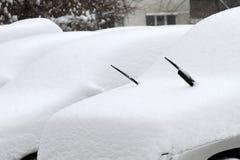 Χειμώνας Uncleaned οδοί με βαριά snowdrifts μετά από τις χιονοπτώσεις στην πόλη, αυτοκίνητα κάτω από το χιόνι λακκούβες παγωμένοι Στοκ Φωτογραφίες