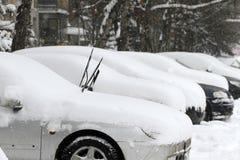 Χειμώνας Uncleaned οδοί με βαριά snowdrifts μετά από τις χιονοπτώσεις στην πόλη, αυτοκίνητα κάτω από το χιόνι λακκούβες παγωμένοι Στοκ φωτογραφία με δικαίωμα ελεύθερης χρήσης
