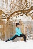 Χειμώνας Workout Κορίτσι που φορά sportswear, τεντώνοντας τις ασκήσεις στοκ εικόνες