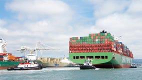 ΧΕΙΜΏΝΑΣ φορτηγών πλοίων CSCL που μπαίνει στο λιμένα του Όουκλαντ στοκ φωτογραφίες