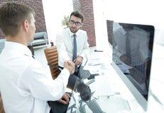 Χειραψία ενός επιχειρηματία και ενός λογιστή Στοκ φωτογραφία με δικαίωμα ελεύθερης χρήσης