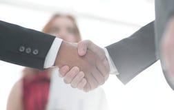 Χειραψία επιχειρηματιών μετά από την καλή διαπραγμάτευση χρυσή ιδιοκτησία βασικών πλήκτρων επιχειρησιακής έννοιας που φθάνει στον Στοκ φωτογραφίες με δικαίωμα ελεύθερης χρήσης
