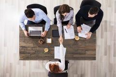 Χειραψία επιχειρηματιών στην αρχή Στοκ εικόνα με δικαίωμα ελεύθερης χρήσης