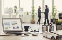 Χειραψία επιχειρηματιών στο γραφείο στοκ φωτογραφίες με δικαίωμα ελεύθερης χρήσης