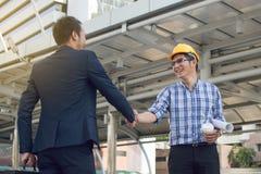 Χειραψία εργαζομένων επιχειρηματιών στην κατασκευή Στοκ Εικόνες