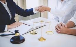 Χειραψία μετά από τον καλό χαιρετισμό συνεργασίας, που διοργανώνει τη συνεδρίαση με την ομάδα στην εταιρία νόμου, διαβουλεύσεις μ στοκ εικόνες