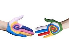 Χειραψία μεταξύ των χρωματισμένων δάχτυλων Στοκ εικόνα με δικαίωμα ελεύθερης χρήσης