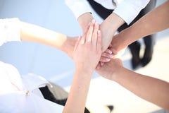 Χειραψία ομάδας με πολλά διαφορετικά χέρια Στοκ Φωτογραφία